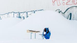 kuvituskuva pulpetti ja tuoli lumihangessa