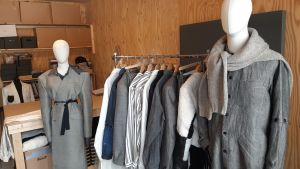 Bild med räcke av kläder, som Jonathan Ingberg har designat.