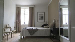 Ett sovrum i ett tidigare äldreboende. Ser mera ut som ett hotellrum.