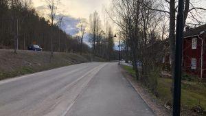 En vy från Bruksvägen i Billnäs bruk, till höger gamla bruksbostäder, till vänster Banvallens cykelled.