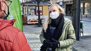 Inrikesminister Maria Ohisalo står på gågatan i Jakobstad.