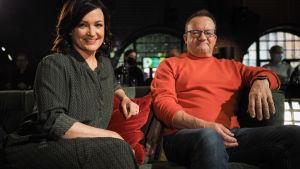 Saara Kankaanrinta ja Ilkka Herlin poseeraavat sohvalla Tampereen G Livelabissa.