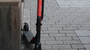 En elsparkcykel av märket Voi står parkerad ute på stan.