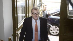 Juha Sipilä anländer till Smolna på Kristi himmelsfärdsdagen.