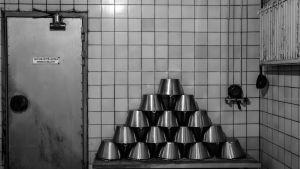 Arla sauna helsinki, metalliämpäreitä kolmionmallisessa pinossa