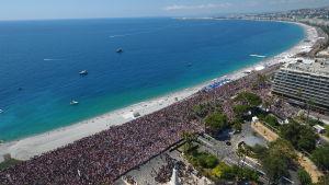 Tusentals samlas på strandpromenaden i Nice för en tyst minut den 18 juli 2016.