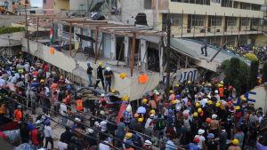 Räddningsarbetare vid lågstadieskolan Enrique Rebsamen i södra Mexico City. Skolbyggnaden kollapsade i skalvet 19.9.2017.