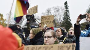 Demonstranter protesterar mot Nordiska motståndsrörelsen i Tammerfors