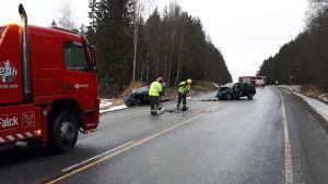 Trafikolycka i Nykarleby, räddningspersonal arbetar på olycksplatsen.