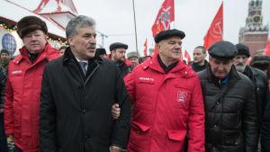 Pavel Grudinin och Gennadij Ziuganov på Röda torget i Moskva