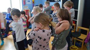 Glada skol elever i Salppar skola i Sibbo danskar till musik på engelska