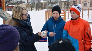 Maria Sjöblom från Normens skola i Nykarleby lär ut naturvetenskap via experiment på skolgården.