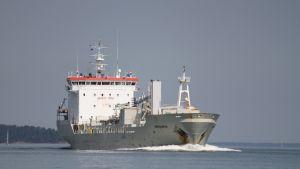 Ett grått lastfartyg