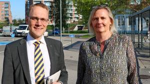 Oscar Taimitarha och Laila Andersson poserar i solen.