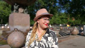 Skådespelaren Sofia Molin från Grus Grus Teater, här utanför Åbo bibliotek. 2018.