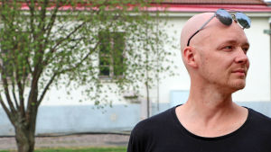 Fredi Lundén tittar åt höger, poserar med solglasögon på pannan.