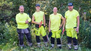 Fyra män i arbetsdräkter för att putsa bäckar med står på rad. Från vänster: Jani Lahdentausta, Lauri Kivinen, Pekka Holopainen och Kim Mandelin.