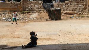 Barn i krigsskadat område i Syrien i maj 2018