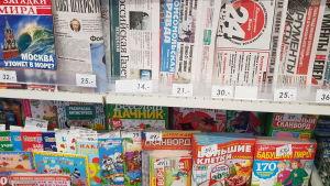 Tidningsställ med många ryska tidningar i. Utbudet av tidningar varierar stort mellan olika orter i Ryssland.