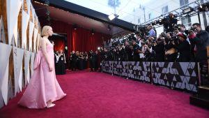 Saoirse Ronan på röda mattan inför Oscarsgalan 2018.