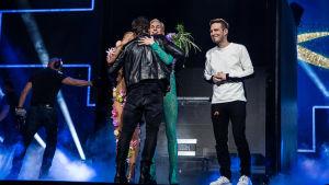 Krista Siegfrids ja Christoffer Strandberg halaa Sebastian Rejmania ja Darude seisoo vieressä.