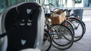 bild på parkerade cyklar