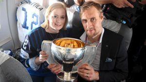 Marko anttila med sin fru Heidi Anttila på flyget hem från Bratislava efter guldvinsten i ishockey-VM 2019.
