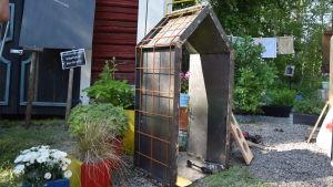 Ett trädgårdshus av metall.
