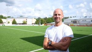 Sami Laakonen står på Borgå bollplan.