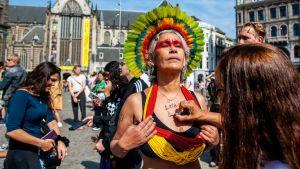 En ursprungskvinna i traditionsenliga kläder i Amsterdam.
