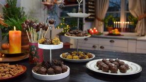 Ett bord dukat med olika julgodis, chokladpraliner och cake-pops - en sorts småkaka på pinne.