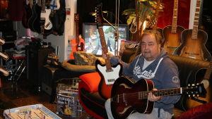 *Staffan Malmström som driver Festhuset utanför Ekenäs har en av de största Landola gitarrsamlingarna i landet