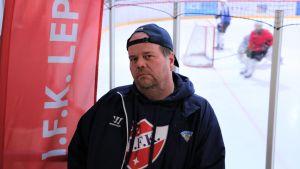 Verksamhetsledare i IFK Lepplax hockeyförening (Pedersöre) Robert Kronlund i ishallen