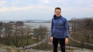 Oscar Holmström i Brunnsparken i Helsingfors.