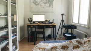 Ett pojkrum med skrivbord och dator