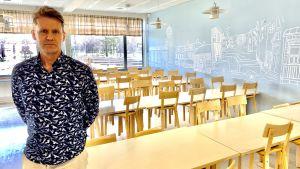 Peter Lindqvist rektor i Oxhamns högstadium i Jakobstad står i en tom matsal