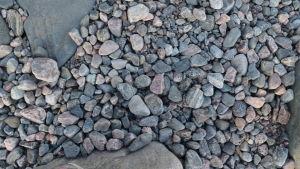 Rosafärgade, vita och gråa stenar.
