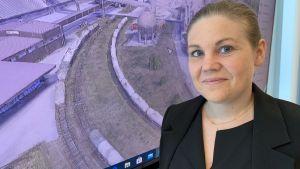 Anna Merius visar upp en 3D bild med industribyggnader