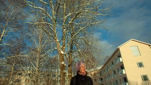 Regissören Elina Talvensaari framför huset som kom att inspirera henne till dokumentären Neiti Aika.