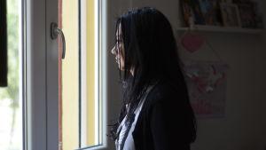Valeria Costa tittar ut genom ett fönster