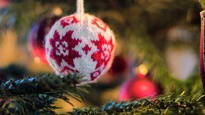 kudottu joulupallo kuusen oksalla
