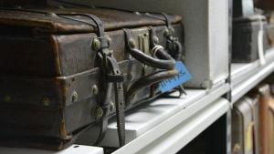 kappsäck på hylla