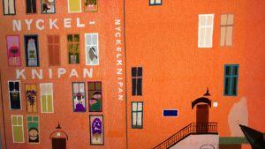 En bild av ett orangefärgat hus i bilderboken Nyckelknipan.