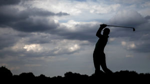 En 14-årig thailändska har blivit den yngsta att vinna en proffstävling i golf.
