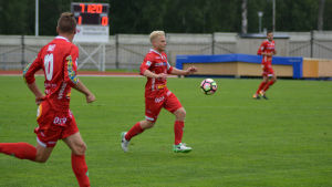 Thomas Kula springer med bollen i Jaros hemmamatch.