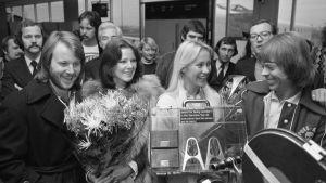 Abba på flygfältet i Amsterdam 1976.