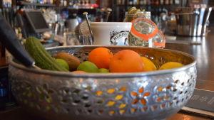 Fruktskål på bardisk i Borgå