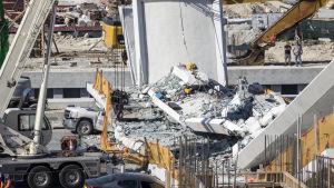 Bro kollapsade över motorväg i Miami i USA.