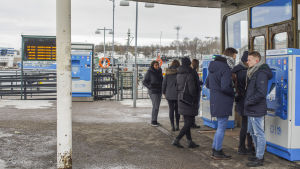 Människor köper biljetter till Sveaborgsfärjan.