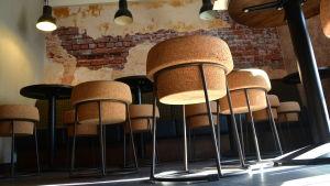 Korkformade barstolar i en bar.